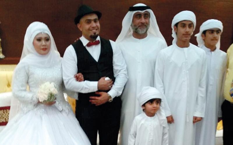 مواطن يتكفل بنفقات زواج اثنين من زملائه الموظفين