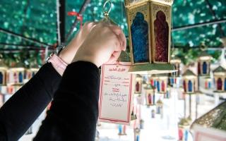الصورة: «شجرة العطاء».. تثمر أمنيات بالسلام والأمان
