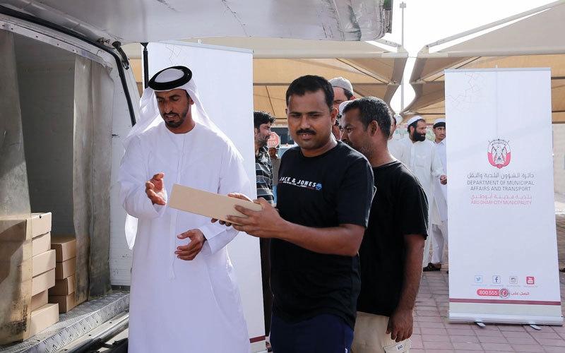 بلدية أبوظبي تقدم 7000 وجبة إفطار للعمال