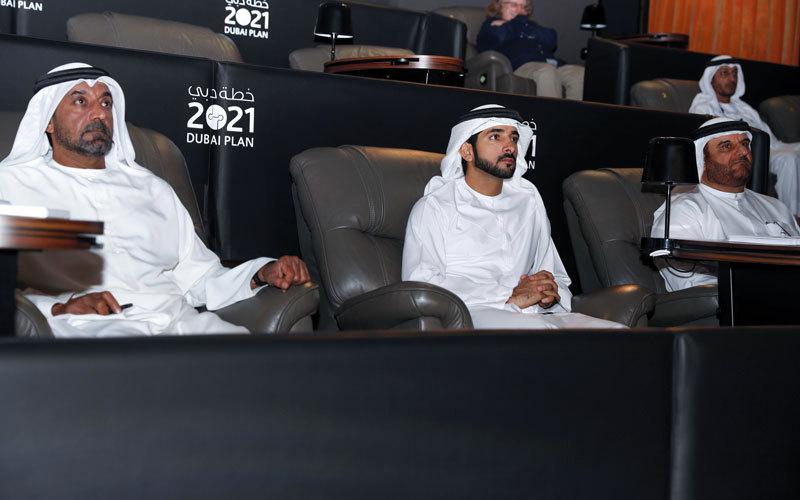 حمدان بن محمد اطلع على أهم الإنجازات التي تضمنها تقرير «نبض دبي». وام