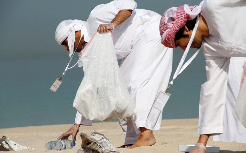 شباب متطوعون ينظفون شاطئ البحر. من المصدر