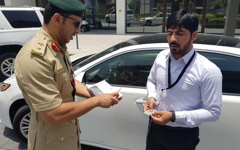الصورة: بالفيديو: مفاجأة سعيدة من شرطة دبي للسائقين المخالفين