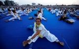 بالصور...سكان من الهند وسيرلانكا يحضرون لليوم العالمي لليوغا