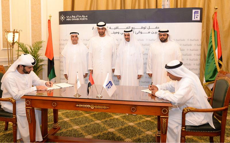 حمد الشرقي خلال توقيع الاتفاقية التي يتم بموجبها تأسيس «مرافئ الفجيرة».  وام