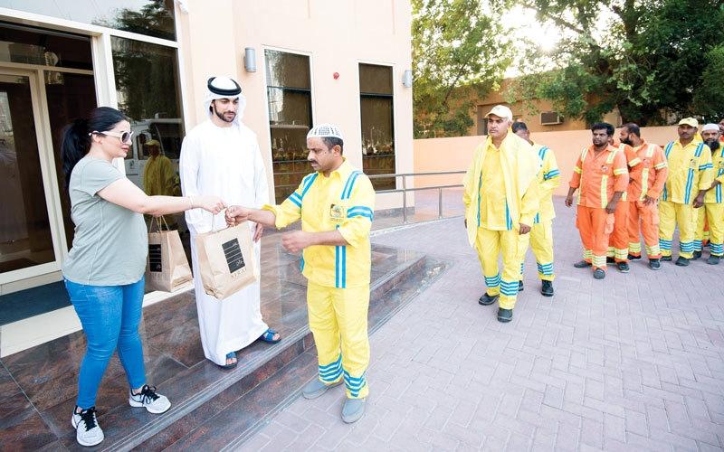 بالفيديو.. إفطار جماعي لعمال النظافة في بلدية دبي