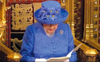 الصورة: قبعة الملكة الزرقاء تثير جدلاً في بريطانيا
