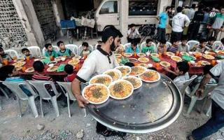 الصورة: موائد إفطار جماعية بين الحطام  في دوما المحاصرة