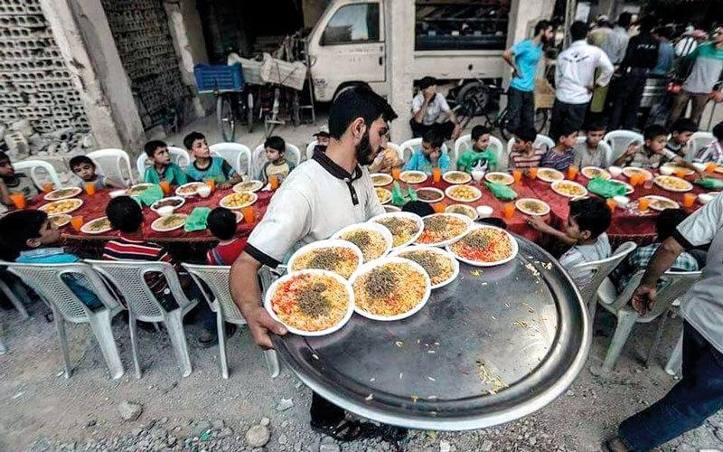موائد إفطار جماعية بين الحطام  في دوما المحاصرة