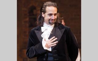 الصورة: مؤلف مسرحي يرد بالموسيقى على الجدل بشأن الهجرة في أميركا