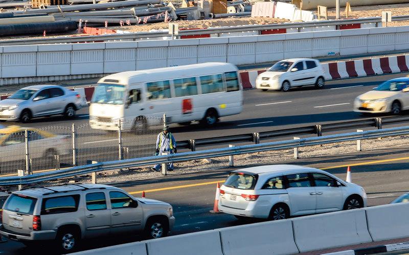 شرطة دبي سجلت 66 مخالفة عدم ترك مسافة كافية بين المركبات التي تعدّ من المخالفات الخطرة. أرشيفية