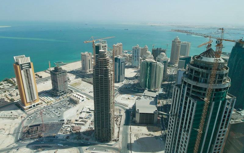 الصورة: شركات مقاولات وشحن وبنوك وقانون تؤجل أعمالها  في قطر