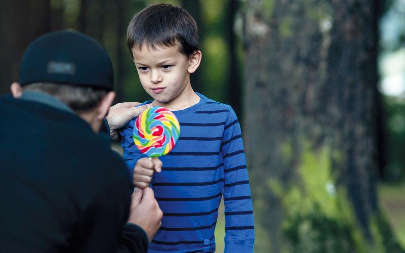 استدراج الأطفال عن طريق الحلوى إحدى حيل الخاطفين. أرشيفية