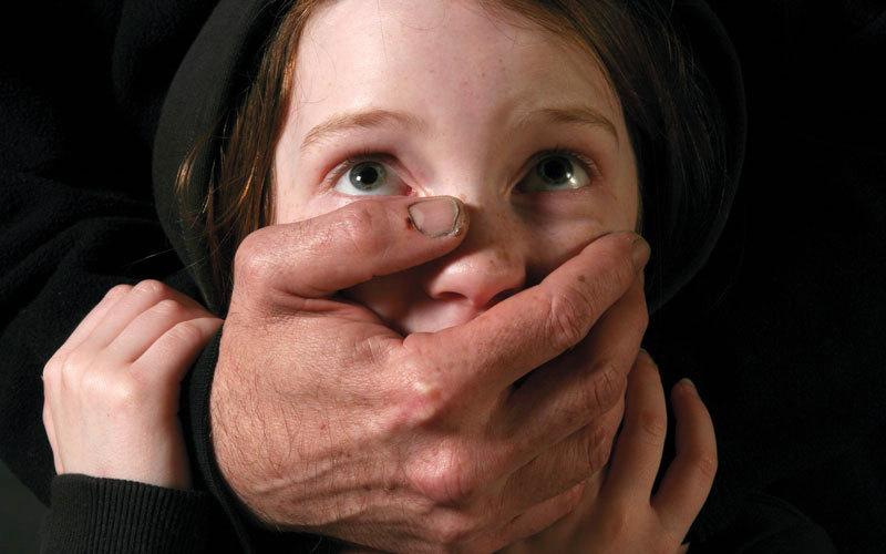 أهالي قرية مصرية يعاقبون «خاطفة أطفال»  بربطها بعمود إنارة