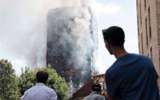 الصورة: سهرة على ضوء الشموع قرب برج غرينفل تكريماً لضحايا الحريق