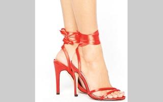 الصورة: الأحمر يغزو موضة الأحذية النسائية