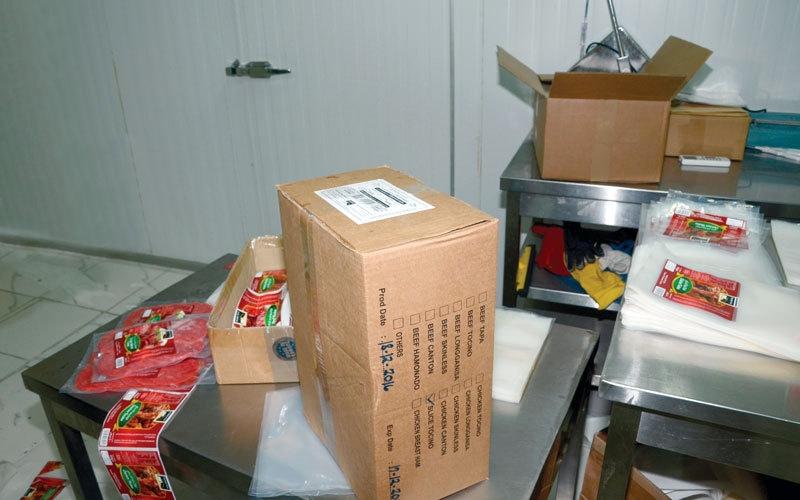الصورة: ضبط مصنع يعيد إنتاج لحوم فاسدة في رأس الخيمة