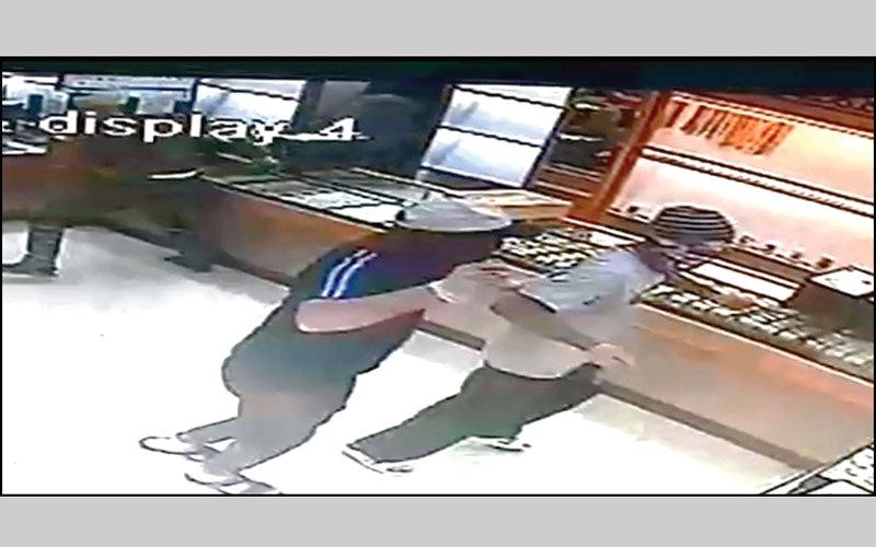 الصورة: بالصور...خلال 48 ساعة.. شرطة دبي تضبط عصابة مقنّعة سرقت متجر مجوهرات