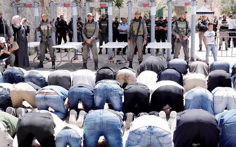 صلاة الظهر أقيمت أمس أمام باب الأسباط خارج المسجد الأقصى. إي.بي.إيه