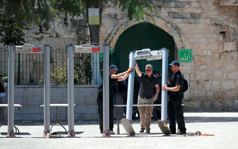 الشرطة الإسرائيلية أقامت بوابات إلكترونية على مداخل الأقصى.  أ.ف.ب