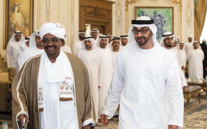 محمد بن زايد خلال استقباله الرئيس البشير في مجلسه بقصر البحر. من المصدر