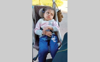 الصورة: «هاجر» تعاني شللاً دماغياً وتحتاج  إلى كرسي متحرك