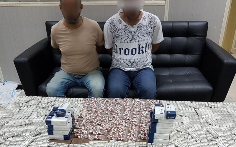 """الصورة: ضبط مروجين حاولا بيع 10 آلاف قرص مخدر عبر """"التواصل الاجتماعي"""""""