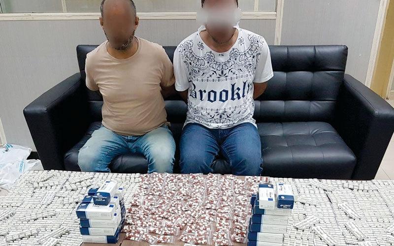 الصورة: ضبط مروّجَين حاولا بيع 10 آلاف قرص مخدّر  عبر «التواصل الاجتماعي»