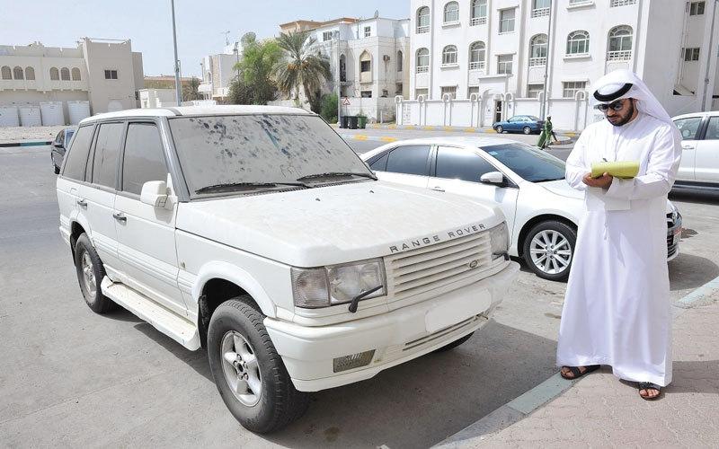 الصورة: 1047 مخالفة وإنذاراً بحق سيارات مهملة في أبوظبي خلال 7 أشهر