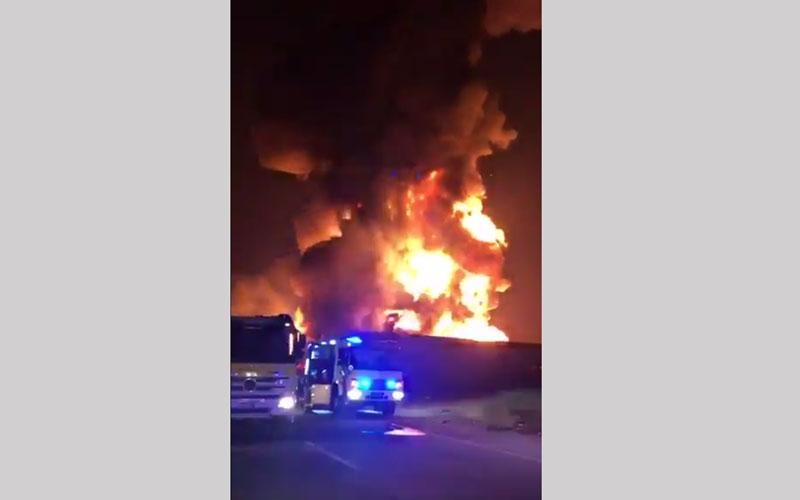 """الصورة: بالفيديو.. الدفاع المدني يسيطر على حريق صناعية """"ام القيوين """" بدون إصابات"""