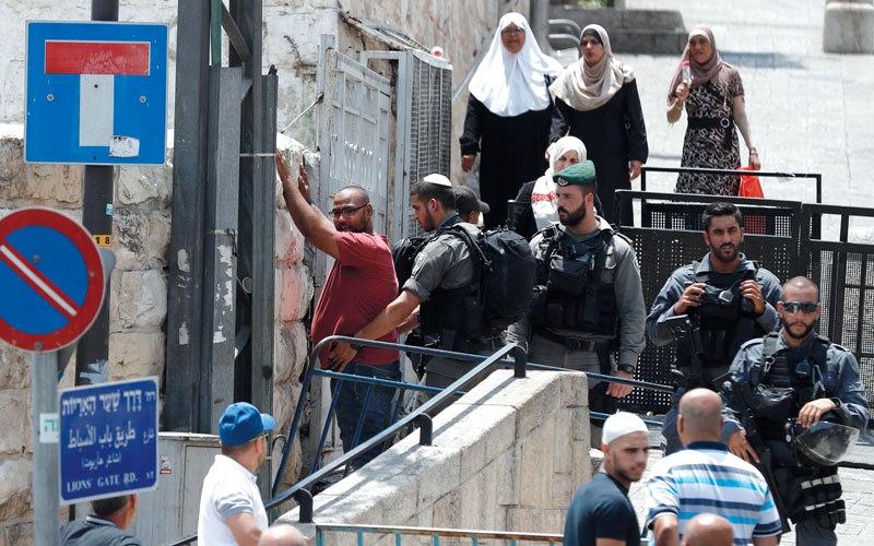 الصورة: قوات الاحتلال تدهم منزل منفذ عملية الطعن وتعتقل شقيقه