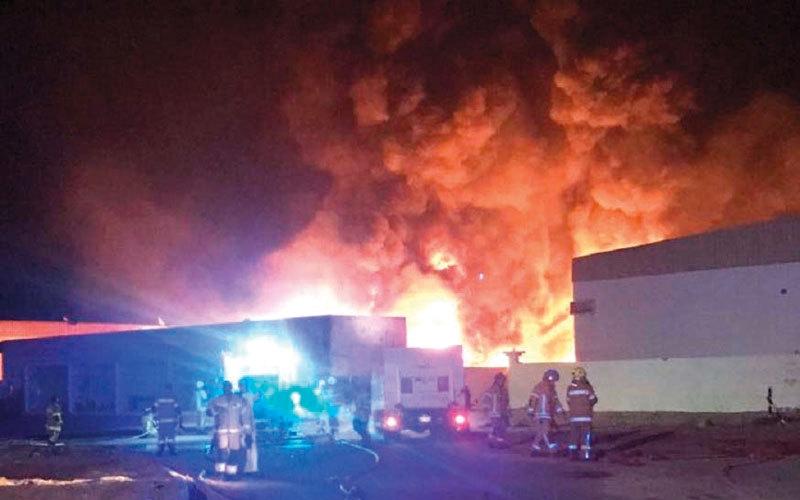 الصورة: 6 إدارات دفاع مدني شاركت في السيطرة على حريق مصنع بأم القيوين