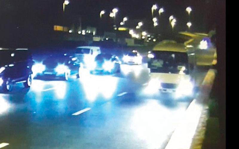 الصورة: بالفيديو..كاميرا أمنية تكشف واقعة انتحار سُجلت «حادث دهس»