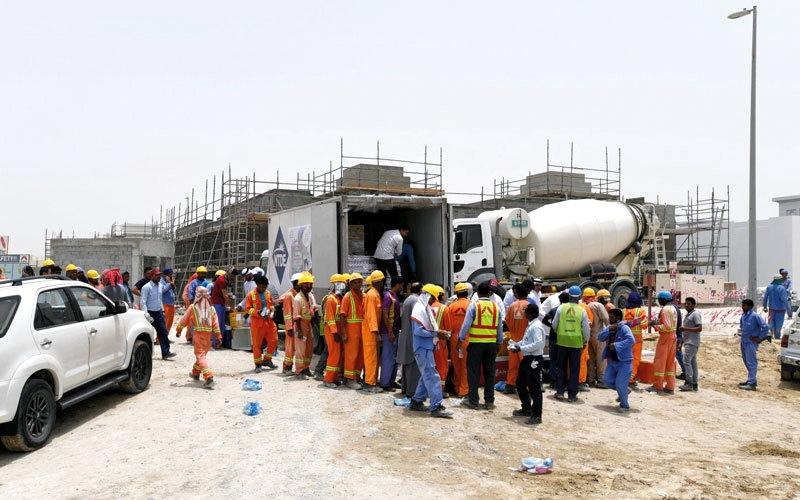 الصورة: «برد عليهم» توزع المياه والعصائر  في حوض دبي الجاف