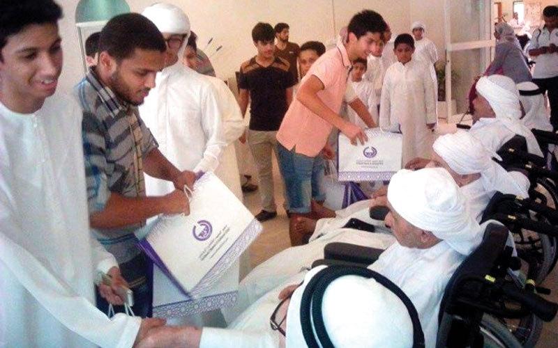 الصورة: منتسبو مركز الذيد الصيفي يزورون دار رعاية المسنين