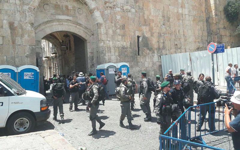 القوات الإسرائيلية حولت «باب الأسباط» خلال أحداث «الأقصى» الحالية إلى ساحة مواجهة. الإمارات اليوم