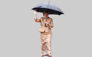 الصورة: ميركل ترتدي زياً أثار الجدل في مهرجان فاغنر
