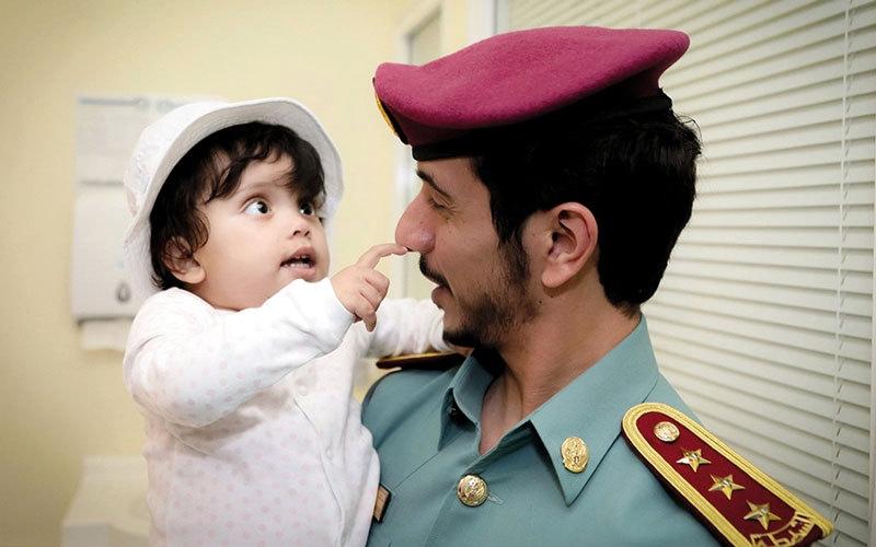 الصورة: شرطة أبوظبي ترسم الفرحة على وجوه أطفال مستشفى خليفة
