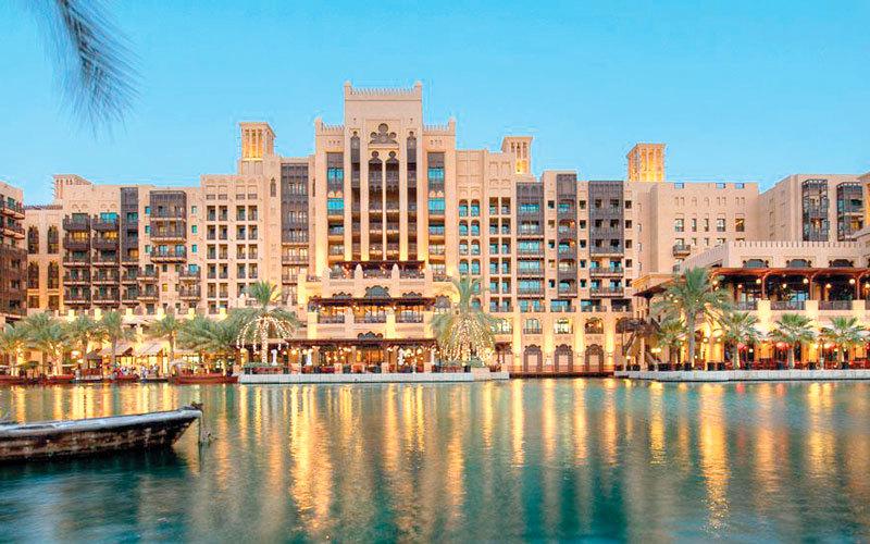 «منتجع مدينة جميرا» يقع على طول شاطئ خاص يقدم الاستجمام لزوّاره. الإمارات اليوم
