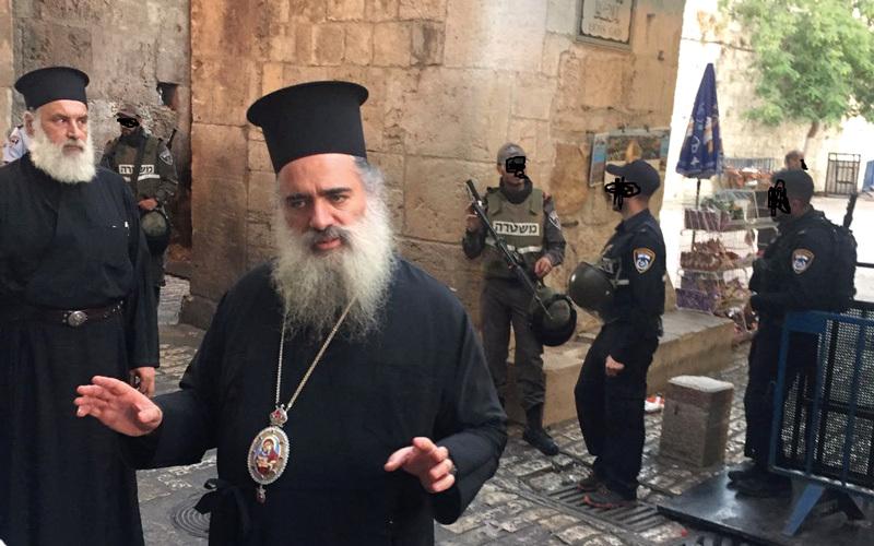 المطران عطالله حنا يشارك في انتفاضة القدس ويعلن تضامنه مع حق المسلمين في أقصاهم.  أرشيفية
