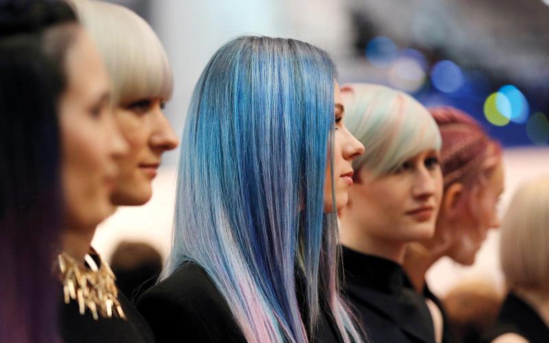 ألوان قوس قزح تزين تسريحات الشعر خلال الصيف