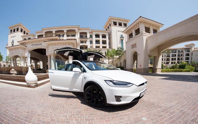 """""""سانت ريجيس السعديات"""" يطلق محطات شحن مجانية للسيارات الكهربائية"""