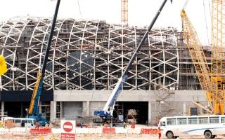 الصورة: فاتورة «المكابرة» ترتفع.. عمالة قطر بلا رواتب