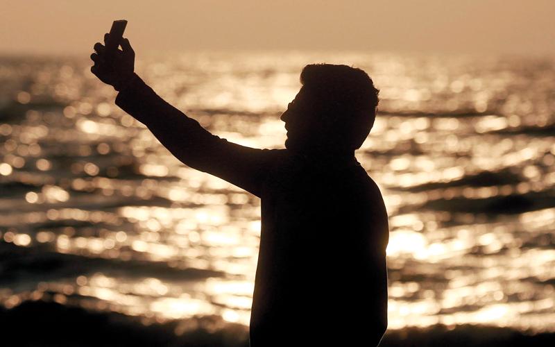 تلاشي حواف الشاشة وتعليمات التقاط الـ «سيلفي».. أبرز تطوّرين في صناعة الهواتف الذكية