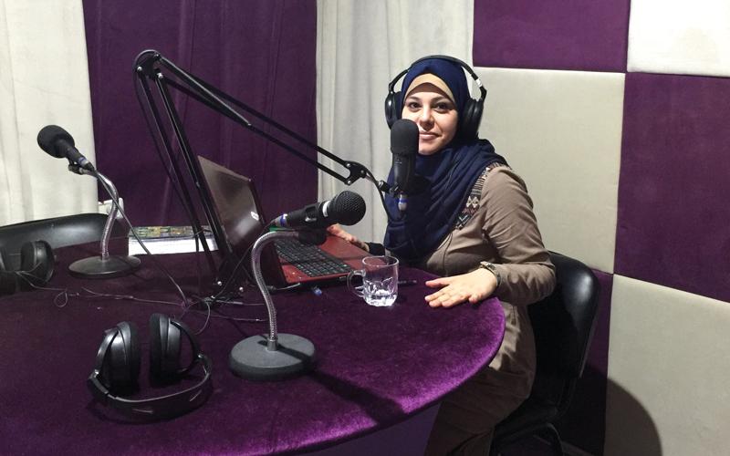 شيرين حمدان: إذاعتنا تسعى إلى توعية النساء الفلسطينيات بقضايا المرأة وحقوقها. الإمارات اليوم