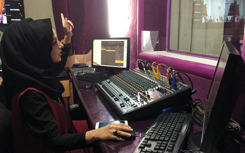 العاملات في الإذاعة يؤمن جميعاً برسالة الإعلام الهادفة إلى تنمية قدرات وتثقيف المرأة. الإمارات اليوم