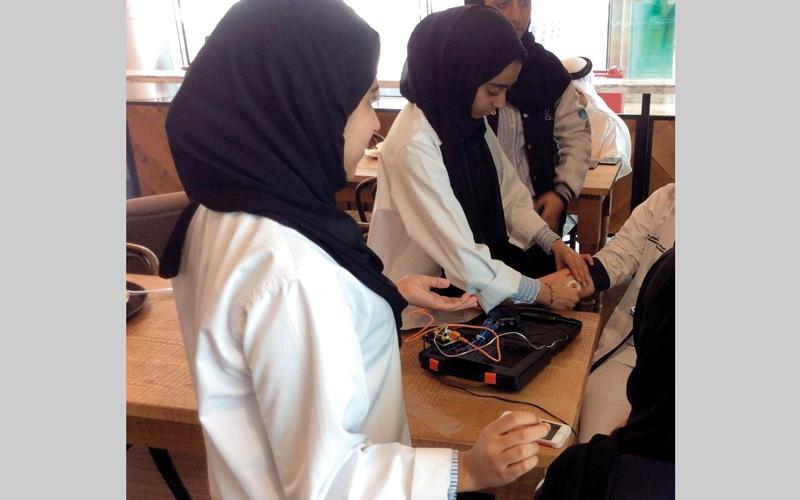 الصورة: 3 طالبات مواطنات يبتكرن جهازاً لعلاج صديقتهن