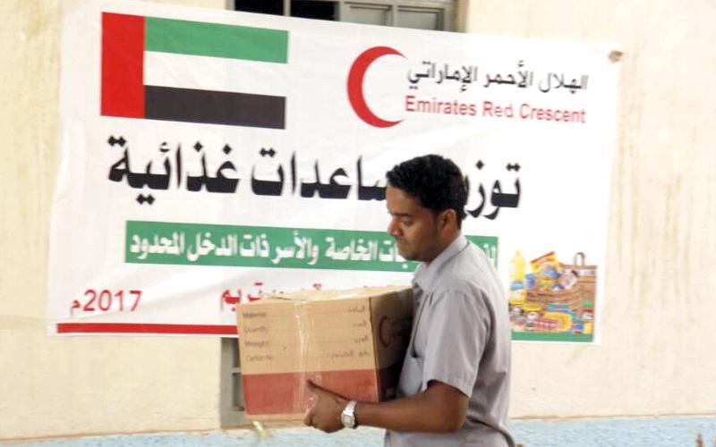 خلال توزيع المساعدات على المحتاجين في النويدرة بمديرية تريم.  وام