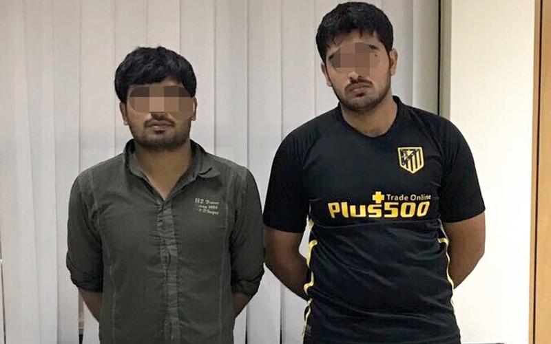 الصورة: القبض على شابين أثناء سرقة محتويات مركبة في الشارقة