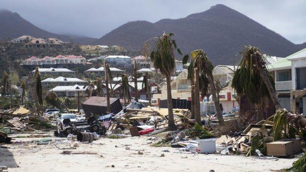 """بالفيديو..""""إيرما"""" يُغرق شوارع ميامي ويكسّر رافعات البناء"""