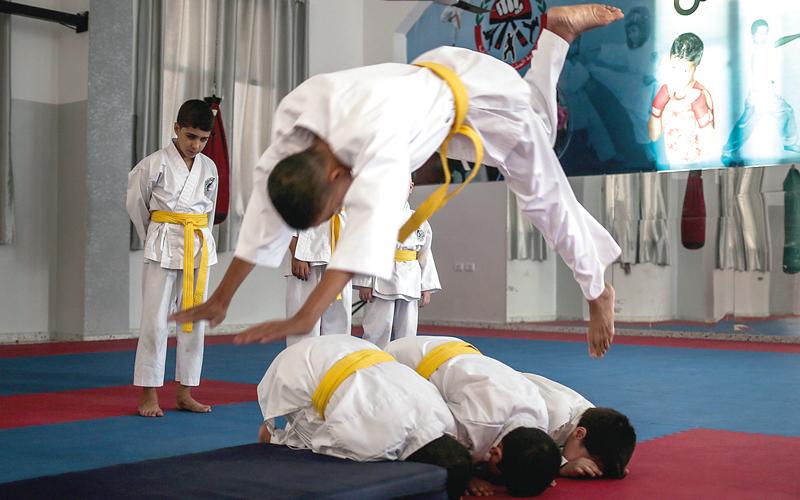 أطفال مكفوفون في غزة يلعبون «الكاراتيه». الإمارات اليوم